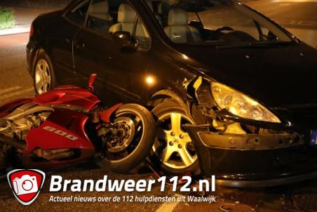 Auto en motor botsen op elkaar in Waalwijk