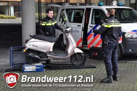 Politie controleert scooters in Waalwijk