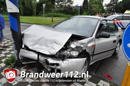 Auto's botsen op elkaar op Akkerlaan in Waalwijk