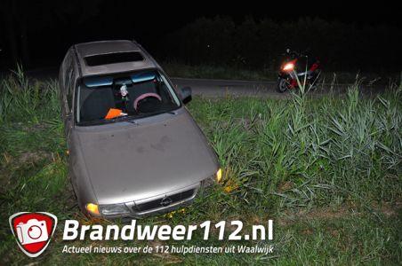 Bestuurder mist bocht en beland met auto in greppel aan de Nieuwe Munnikensteeg Waalwijk