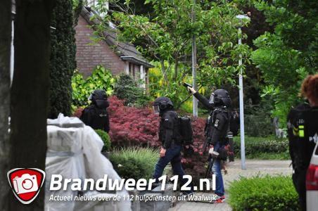 UPDATE: Waalwijker met oefengranaat op zak aangehouden bij eigen woning aan De Amstel Waalwijk