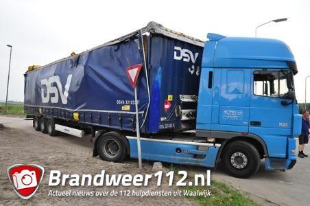 Vrachtwagen klem onder viaduct Waalwijk; brug en wagen beschadigd