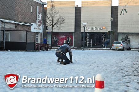 UPDATE: Winkelend publiek gaat massaal onderuit in centrum van Waalwijk