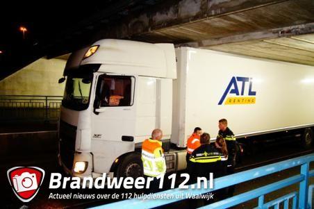 UPDATE: Het was te verwachten: wéér rijdt een vrachtwagen zich klem onder het beruchte Waalwijkse viaduct