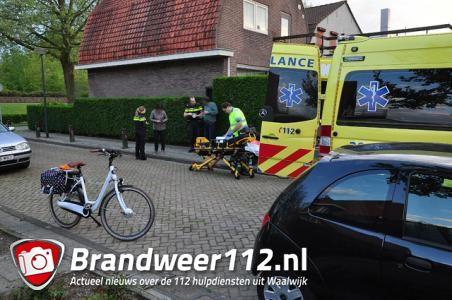 Vrouw valt in Waalwijk van fiets, gewond naar het ziekenhuis
