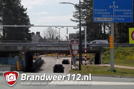 Vrachtwagenchauffeur rijdt waarschuwingsbalk eraf bij berucht viaduct aan de Hertog Janstraat Waalwijk