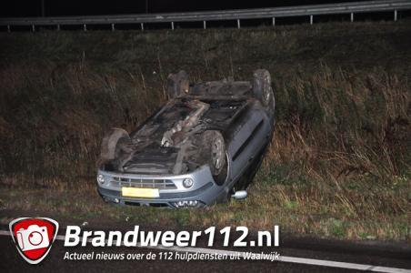 Auto op zijn kop op A59 Waalwijk
