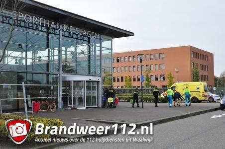 Man (49) gewond na val van ladder bij Sporthal de Slagen in Waalwijk
