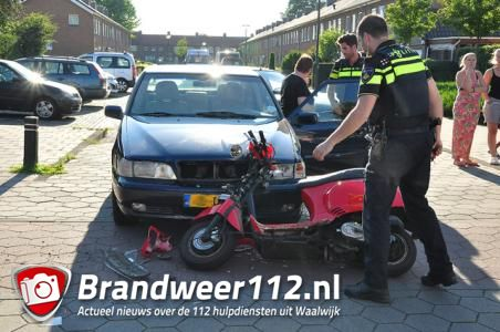 Auto schept scooter in Waalwijk