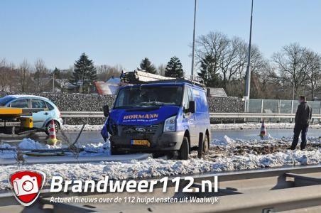 Chauffeur busje verliest macht over het stuur en ramt lantaarnpaal in Waalwijk
