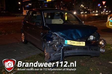 Auto botst tegen bus in Waalwijk; een persoon gewond