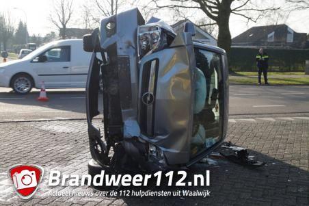 Auto belandt op de kant na aanrijding in Waalwijk