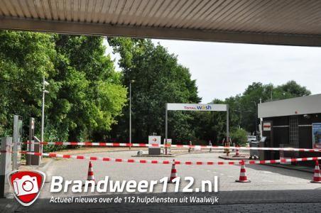 Tankstation Waalwijk weer open, gemeente verwijdert takken maar boom hoeft niet om