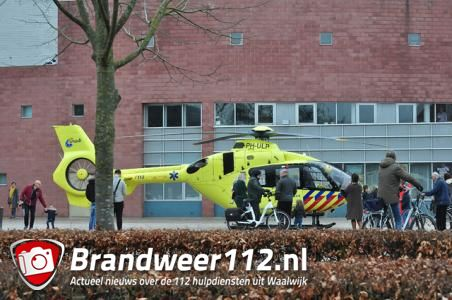 Traumahelikopter landt op Vredesplein in Waalwijk