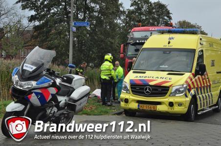 Vrouw valt uit cabine van vrachtwagen in Waalwijk