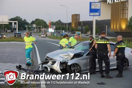Auto crasht op kruispunt in Waalwijk