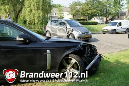 Bestuurder jaguar ramt geparkeerde auto in Waalwijk, bestuurder aangehouden
