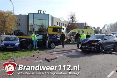 Ravage na aanrijding met drie auto's aan de Cartografenweg Waalwijk