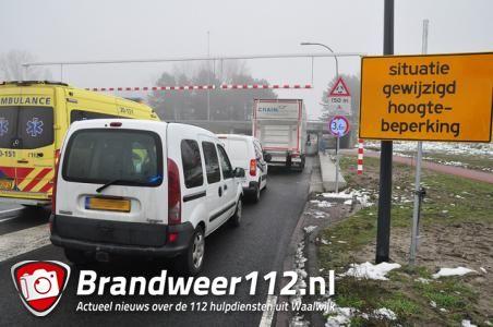 Kleine kettingbotsing door te hoge vrachtwagen bij Waalwijk