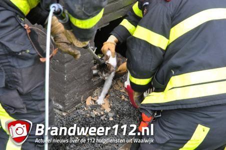Brandweer hakt gat in muur bij flat in Waalwijk om kat te redden