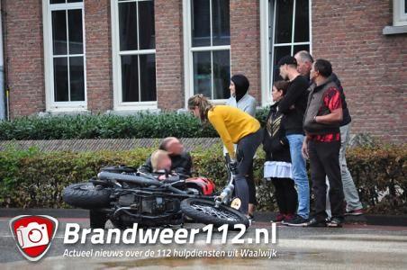 Vrouw gaat met motor onderuit aan de Wilhelminastraat Waalwijk