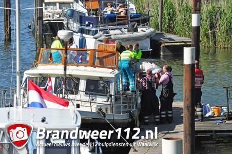 Hulpdiensten halen man van boot aan de Zomerdijk Waalwijk