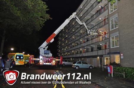 Hoogwerker brandweer wordt ingezet aan het Larixplein Waalwijk