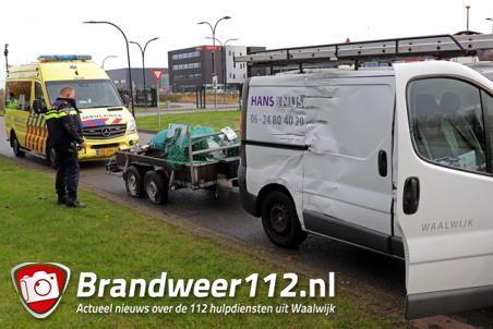 Vrachtwagen botst tegen bestelbusje aan de Van Harenstraat Waalwijk