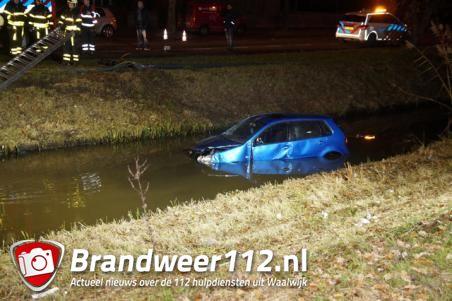Auto duikt in water, 'we zijn van de weg geraakt', melden inzittenden