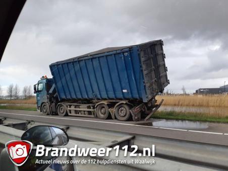Vrachtwagen zakt door eigen as op A59 bij Waalwijk