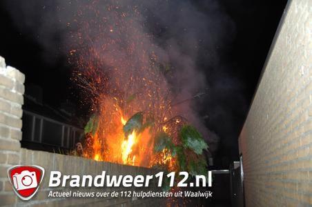 Metershoge vlammen bij coniferenbrand aan de Prof. Buysstraat Waalwijk