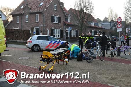 Fietser mogelijk zwaargewond na aanrijding met auto aan de Burg. Moonenlaan Waalwijk