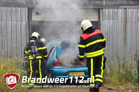Auto vliegt in brand in garage Waalwijk