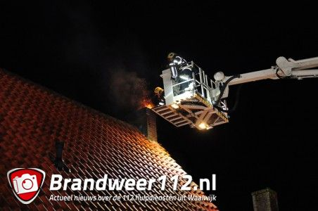 Bewoners proberen schoorsteenbrand zelf te blussen aan de Baardwijksestraat Waalwijk