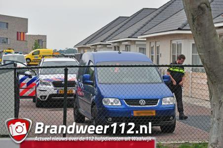 In Waalwijk wordt bij de inval aan de Villa Gagel een auto in beslag genomen. © ADR