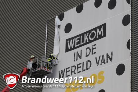 Spandoek met frame laat los bij Xenos distributiecentrum aan de Schutweg Waalwijk