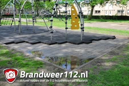 Rubberen tegels gestolen bij Waalwijkse speeltuin: 'Onze kinderen zijn bestolen van een speelplek'