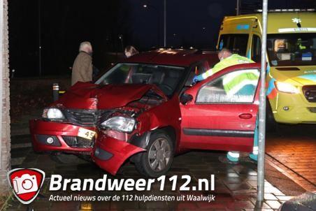 Vrouw botst met auto tegen stroomhuisje na aanrijding aan de Emmikhovensestraat Waalwijk