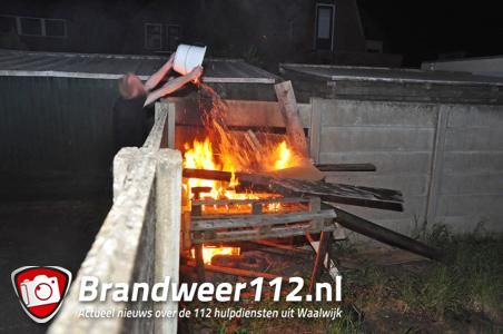 Stapelhout gaat in vlammen op aan de Pater van den Elzenstraat Waalwijk
