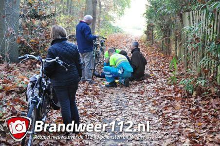 Vrouw komt hard ten val door natte bladeren aan de Akkerlaan Waawijk