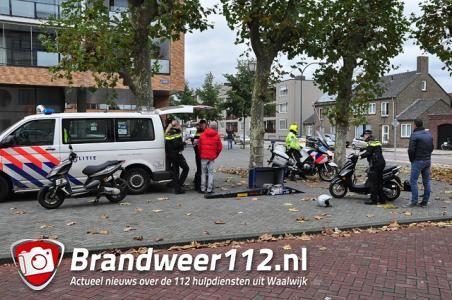 Scootercontrole door politie in centrum Waalwijk