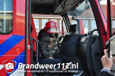 Brandweer verrast kinderen bij voorstelling van brandweerman Sam aan het Vredesplein Waalwijk