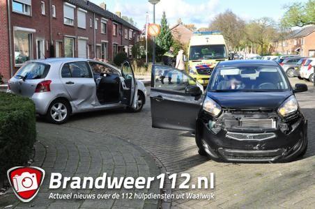 Twee auto's botsen tegen elkaar op de Van Berckenrodelaan Waalwijk