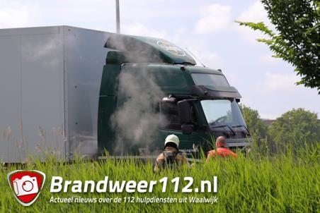 Brandweer koelt vastgelopen remmen van vrachtwagen op de Midden-Brabantweg Waalwijk