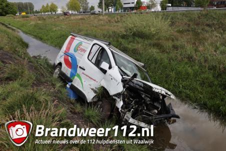 Bestuurder gewond als hij met bus van A59 bij Waalwijk in sloot rijdt