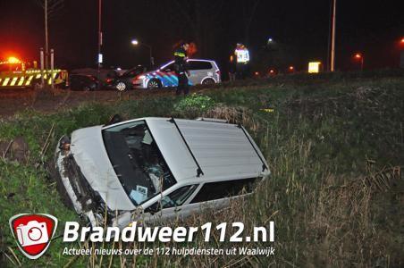 Auto vliegt uit de bocht bij Waalwijk-Oost