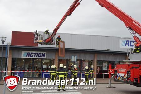 Brandweer haalt losse dakplaten van dak Action Waalwijk