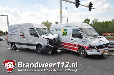 Botsing tussen 2 bestelbusjes op de Midden-Brabantweg Waalwijk