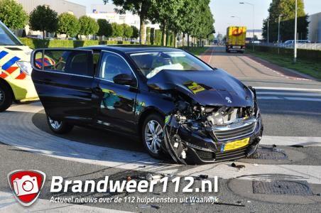 Auto en busje knallen op elkaar aan de Kleiweg Waalwijk