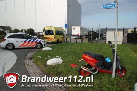 Man glijdt onder vrachtwagen door na botsing in Waalwijk